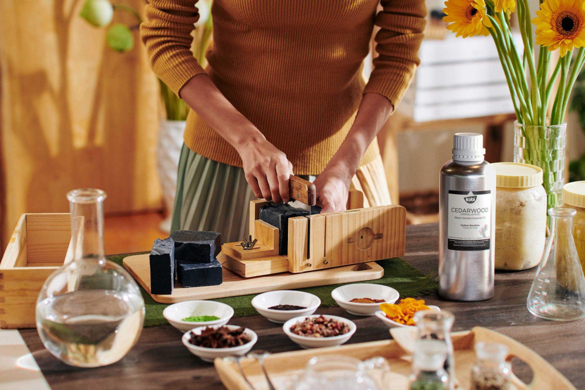 Làm xà bông tự nhiên với tinh dầu hoàng đàn